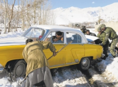 1390317366_resized_canadian_soldiers_assist_a_stranded_motorist_near_kabul