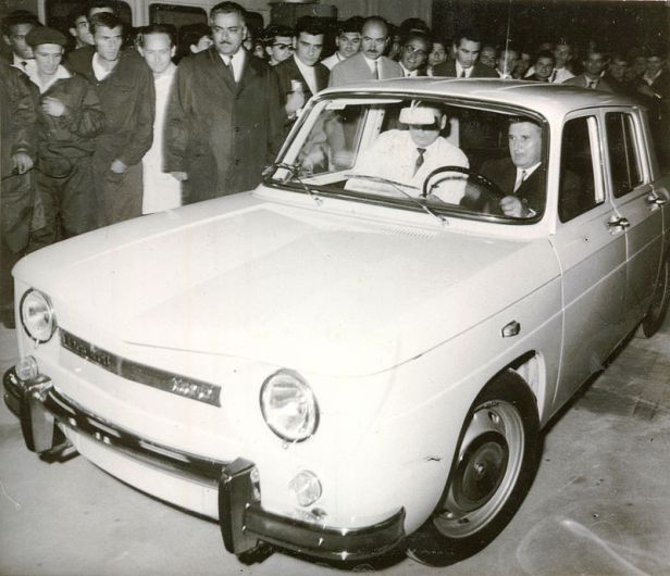 800px-nicolae_ceausescu_driving_the_first_dacia_car
