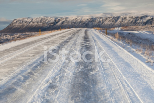 16075093-iceland-main-road-in-winter