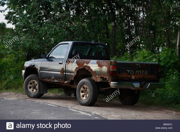 old-rusty-junky-toyota-pickup-truck-ben07c