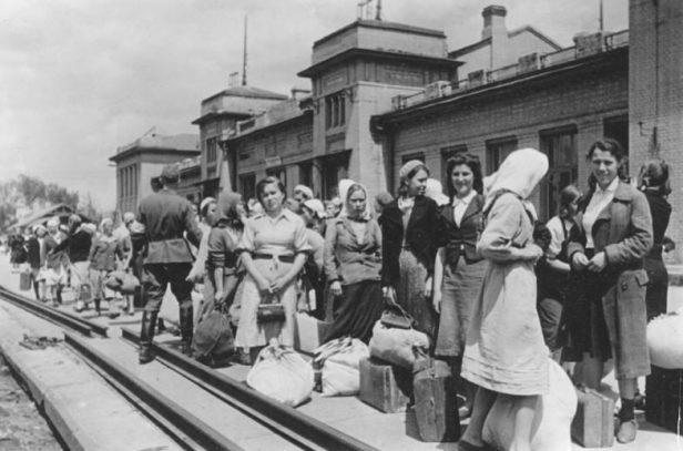 SU; Fremdarbeiter vor der Abfahrt nach  Deutschland