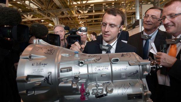 le-ministre-de-l-economie-emmanuel-macron-visite-une-usine-d-equipements-automobiles-punch-powerglide-a-strasbourg-le-27-avril-2015_5328