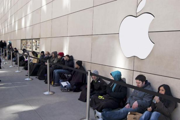 apple-store-iphone-upgrade-line